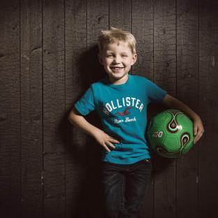 Junge mit Fussball - Posing im Studio Pinneberg