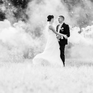 Brautpaar im Nebel - schönes Hochzeitsfoto