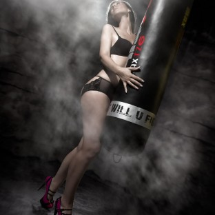 Fotoshooting mit MMA-Boxsack und Model
