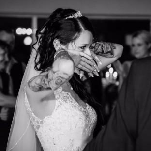Braut weint auf Hochzeitsfoto