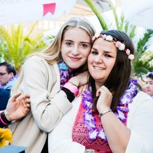Zwei Mädels im Beachclub Hamburg