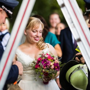 Hochzeitspaar unter Leiter