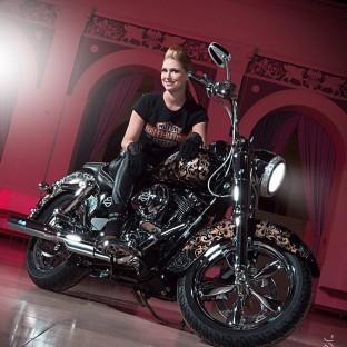 Model mit Harley-Davidson