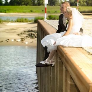 Brautpaar auf dem Fähranleger