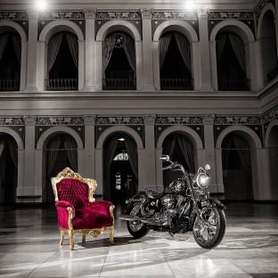 Harley-Davidson-Shooting in der Handelskammer Hamburg mit Harald Glööckler-Bike