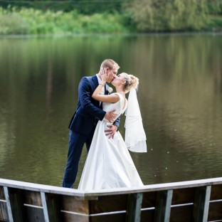 Hochzeitspaar auf Brücke in Reinbek