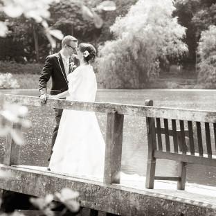 Hochzeitsfoto auf Steg am See