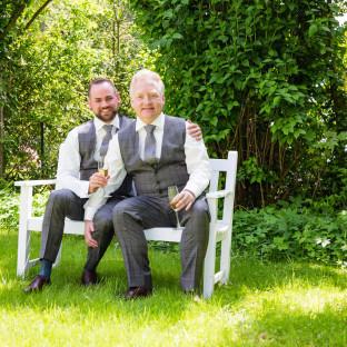 Ehepaar auf Bank im Garten