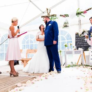 Pavillon mit Hochzeitsrednerin