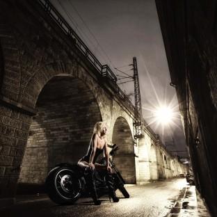 Teilaktfoto von Blondine auf Harley Davidson