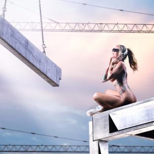 Aktfoto - schöne Frau mit Kopfhörern auf Baustelle in Hamburg - von Chris Reiner