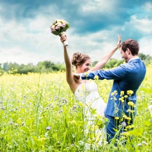 Hochzeitspaar auf grüner Wiese