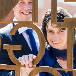 Ehepaar hinter Zaun