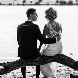 Brautpaar am See von hinten fotografiert