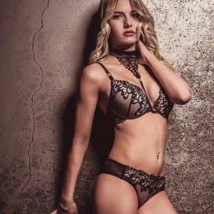 Sexy Blonde an Steinwand, Fotostudio Posing