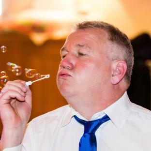 Mann pustet Seifenblasen