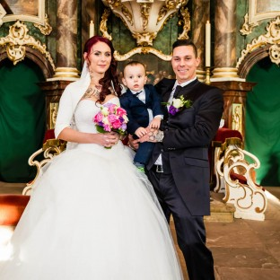 Ehepaar Portrait mit Kind in Kirche