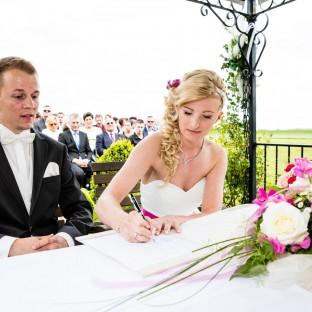 Braut unterschreibt vor Standesbeamten