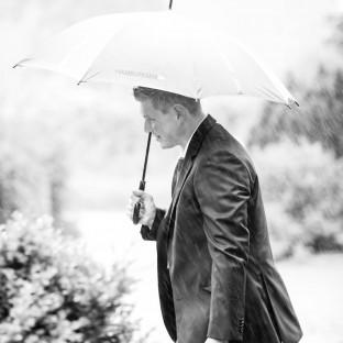 Ehemann mit Regenschirm