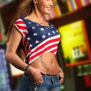 Frau im US-Outfit