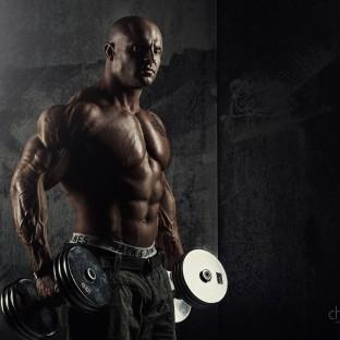Bodybuilder mit Hanteln