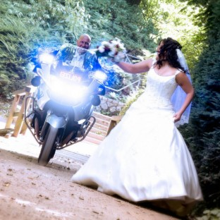 Tolles Hochzeitsfoto aus Hamburg mit Polizeimotorrad