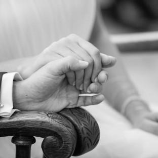 Händchenhalten bei der Trauung