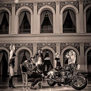 Harley-Davidson Shooting in der Handelskammer Hamburg mit Harald Glööckler-Bike