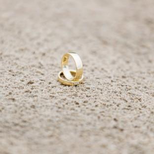 Eheringe im Sand