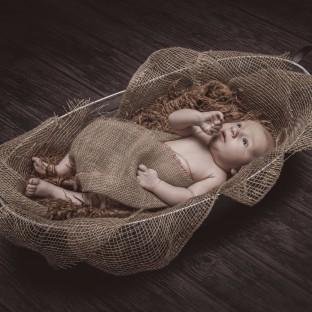 Baby auf Jute-Sack im Fotostudio