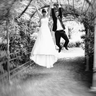 Brautpaar hängt an Geländer