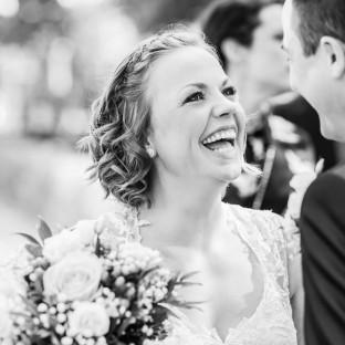 Lachende Braut mit Brautstrauß