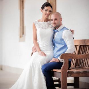 Mann mit Ehefrau auf dem Schoß