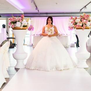 Braut alleine im Hochzeitssaal