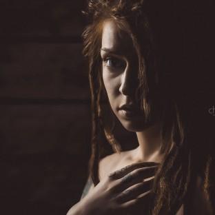 Sepia-Portrait von sexy rau mit Dreadlocks