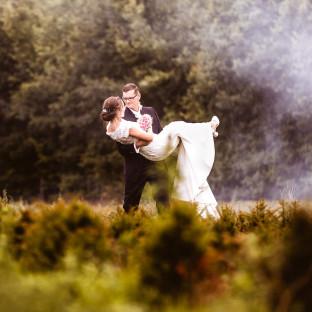 Braut mit Rauchbomben im Wald. Foto mit viel Flair von Chris Reiner