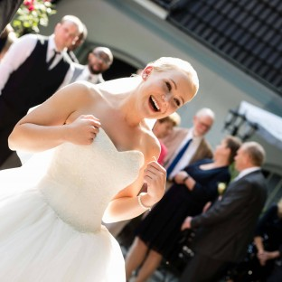 Braut am lachen
