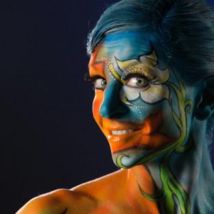 Portrait von Frau mit Bodypainting