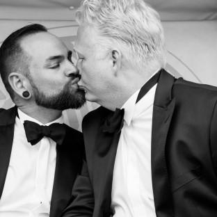 Homosexuelles Paar am küssen