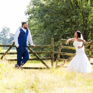 Shooting am Feld mit Hochzeitsfotograf