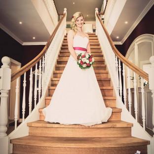 Braut auf Treppe in Uetersen -  Hochzeitsfotograf Chris Reiner