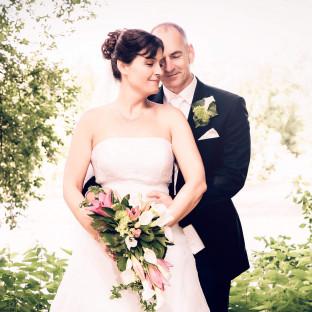 Brautpaar umarmt sich am See