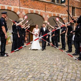 Hochzeitspaar kommt aus dem Schloss Reinbek