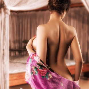Sexy Thai-Aktfoto mit Kimono