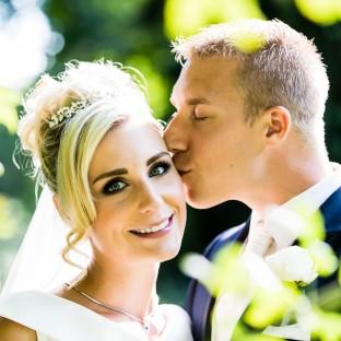Mann küsst seine Frau