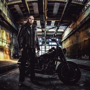 Mann mit Harley-Davidson