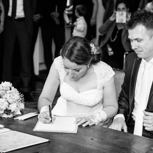 Braut bei der Unterschrift
