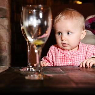 Baby mit Weinglas