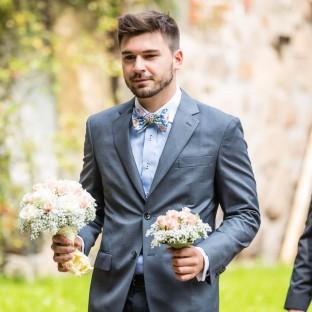 Mann mit Brautstrauß