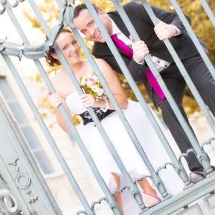 Brautpaar hinter Gittern